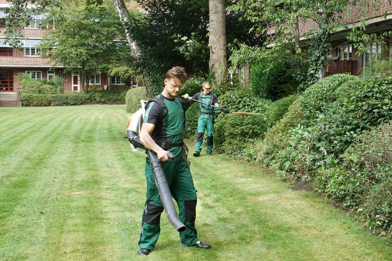 Gärtner in Aktion mit Rasenmäher