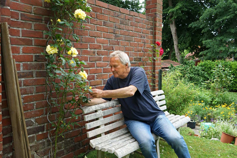 Peter Lohse auf einer Bank
